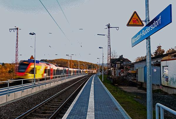 Sonntag in Rudersdorf: Leere Bahnsteige und durcheilende Züge